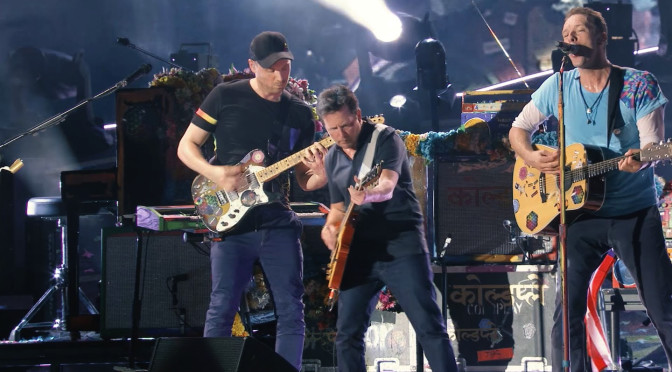 """Marty McFly"" toca con Coldplay"